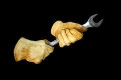 Handschoenen die de weg van de moersleutelklem houden Royalty-vrije Stock Foto's