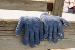 Handschoenen die hangen te drogen stock afbeeldingen