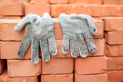 Handschoenen en bakstenen Royalty-vrije Stock Afbeeldingen