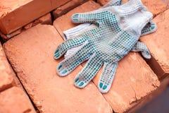 Handschoenen en bakstenen Stock Afbeelding