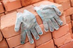 Handschoenen en bakstenen Stock Foto