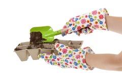 Handschoenen, Schop die Grond plaatsen in de Potten van het Compost Stock Afbeelding