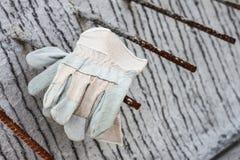 Handschoenleer op de concrete plak Stock Afbeeldingen