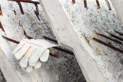 Handschoenleer op de concrete plak Stock Afbeelding