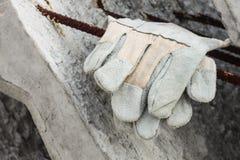 Handschoenleer op de concrete plak Royalty-vrije Stock Foto's