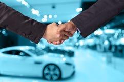 Handschok tussen een zakenman en een onderneemster op samenvatting Stock Fotografie