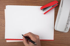 Handschrift auf den Blättern Papier das Dokumentenunterzeichnen symbolisierend stockfotografie