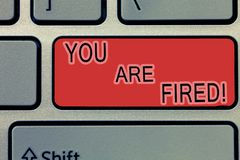 Handschrift de tekst die u in brand gestoken schrijven wordt Concept die het Weggaan van de baan betekenen en geworden werkloos d stock afbeelding