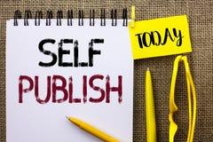 Handschrift de tekst Zelf publiceert Het concept die Publicatie betekenen die schrijft het Artikelfeiten van het Journalistiekman royalty-vrije stock afbeeldingen