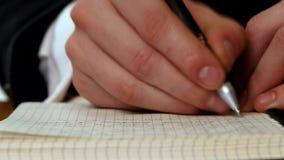 Handschrift eine Mitteilung im offenen Notizbuch stock footage