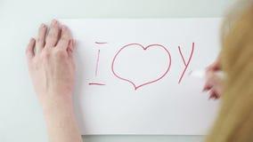 Handschrift ich liebe dich auf weißem Blatt Papier stock footage