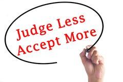 Handschrift-Richter Less Accept More auf transparentem Brett Stockfotos