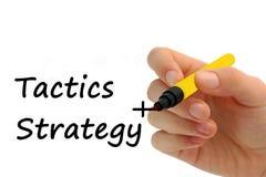 Handschrift-Strategie plus Taktiken auf transparentem Abwischenbrettbus stockfotos