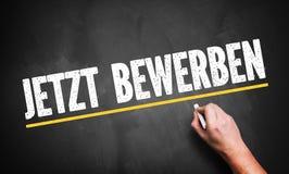 Handschrift ` treffen jetzt zu! ` auf Deutsch auf einer Tafel Stockbild