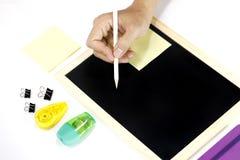 Handschrift und stationäre Werkzeuge auf weißem Hintergrund Lizenzfreie Stockbilder