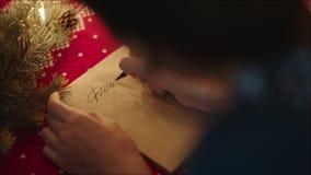 Handschrift van Beste Kerstman op het document van de perkamentbrief op Kerstavond stock videobeelden
