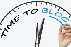 Handschrift-Zeit zum Blogkonzept mit blauer Markierung auf transparentem Abwischenbrett Stockfotos