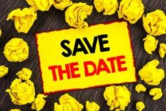 Handschrifts-Mitteilungstext Abwehr das Datum Begriffsfoto Hochzeitstag-Einladungs-Anzeige geschrieben auf gelbes kein Stikcy Lizenzfreie Stockfotografie