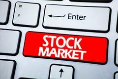 Handschrifts-Mitteilungstext, der Börse zeigt Geschäftskonzept für den Stammaktie-Austausch geschrieben auf roten Schlüssel auf d lizenzfreies stockfoto