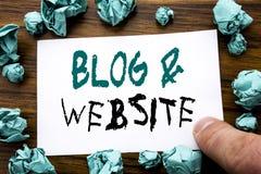 Handschrifts-Mitteilungstext, der Blog-Website zeigt Geschäftskonzept für das Blogging Sozialnetz geschrieben auf das klebrige Br Lizenzfreie Stockfotografie