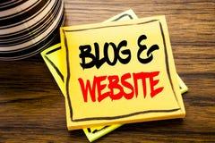 Handschrifts-Mitteilungstext, der Blog-Website zeigt Geschäftskonzept für das Blogging Sozialnetz geschrieben auf klebriges Brief Lizenzfreies Stockfoto