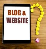 Handschrifts-Mitteilungstext, der Blog-Website zeigt Geschäftskonzept für das Blogging Sozialnetz geschrieben auf Tablette mit hö Stockfoto