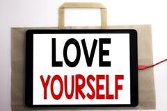 Handschrifts-Mitteilungstext, der Liebe sich zeigt Geschäftskonzept für positiven Slogan für Sie geschrieben auf Einkaufstasche u Stockfotografie