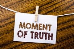 Handschrifts-Mitteilungstext, der Moment der Wahrheit zeigt Geschäftskonzept für den harte Entscheidungs-Druck an geschrieben auf lizenzfreie stockbilder