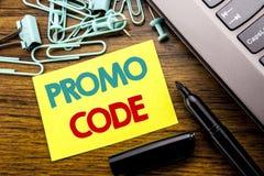 Handschrifts-Mitteilungstext, der Promo-Code zeigt Geschäftskonzept für Förderung für das on-line-Geschäft geschrieben auf klebri Stockbilder