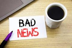 Handschrifts-Mitteilungstext, der schlechte Nachrichten zeigt Geschäftskonzept für die Ausfall-Medien-Zeitung geschrieben auf Not stockbild