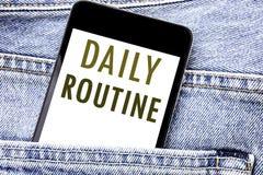 Handschrifts-Mitteilungstext, der tägliches Programm zeigt Geschäftskonzept für Gewohnheitslebensstil schriftlichen Telefonhandy, lizenzfreie stockbilder