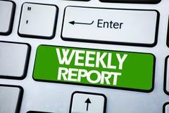 Handschrifts-Mitteilungstext, der Wochenbericht zeigt Geschäftskonzept für das Analysieren der Leistung geschrieben auf blauen Sc stockfotografie
