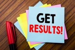 Handschrifts-Mitteilungstext erhalten Ergebnisse Konzept für Achieve Ergebnis geschrieben auf klebriges Stockbriefpapier mit hölz Lizenzfreies Stockfoto