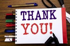 Handschrifts-Mitteilungstextvertretung danken Ihnen Geschäftskonzept für die Dank-Mitteilung geschrieben auf Notizbuch, hölzerner Lizenzfreies Stockfoto