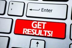 Handschrifts-Mitteilungstextvertretung erhalten Ergebnisse Geschäftskonzept für Achieve Ergebnis geschrieben auf roten Schlüssel  Stockbild