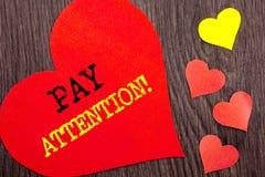 Handschrifts-Mitteilungstextvertretung Lohn-Aufmerksamkeit Konzeptbedeutung gibt aufpassen die aufmerksame Warnung acht, die auf  lizenzfreie stockfotos