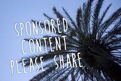 Handschrifts-Text geförderter Inhalt teilt bitte Konzeptbedeutung Marketingstrategie, die hohen blauen Himmel I der Palme der Pla Lizenzfreie Stockfotos