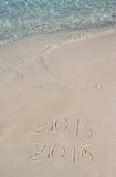 Handschriftsaufschrift 2016 auf dem Strand Stockfotos