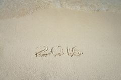 Handschriftsaufschrift 2016 auf dem Strand Stockbilder