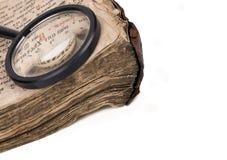 Handschriftsglaszunahme des alten Buches Stockbilder