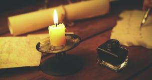 Handschriftskalligraphie - Schreibensbuchstabe mit der Spule Feder im Kerzenlicht stock footage