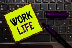 Handschriftstext Arbeits-Leben Konzept, das eine tägliche Aufgabe zu ERN-Geld bedeutet, Bedarf irgendjemandes Selbstgelb-Papierta stockfoto
