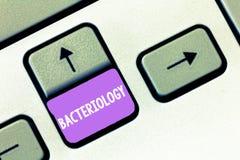 Handschriftstext Bakteriologie Konzeptbedeutung Niederlassung von Mikrobiologie beschäftigend Bakterien und ihren Gebrauch lizenzfreie stockfotos