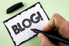 Handschriftstext Blog-Motivanruf Konzept, das Preperation des attraktiven Inhalts für die blogging Website an geschrieben vom Man Stockbild