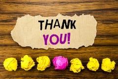 Handschriftstext danken Ihnen Konzept für die Dank-Mitteilung geschrieben auf klebrige Briefpapieranzeige, hölzerner Hintergrund  Lizenzfreie Stockfotografie