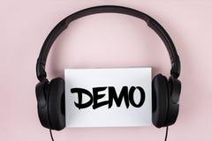 Handschriftstext Demo Konzeptbedeutung Demonstration von Produkten durch Softwareunternehmen werden jährlich geschrieben auf weiß lizenzfreies stockbild