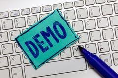 Handschriftstext Demo Konzeptbedeutung Demonstration von Techniken und Fähigkeiten eines Produktes öffentlicher Versammlung lizenzfreies stockbild