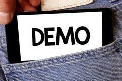 Handschriftstext Demo Konzeptbedeutung Probe-Beta Version Free Test Sample-Vorschau von etwas Prototyp-Manngriff-Holdingzelle pH lizenzfreies stockfoto