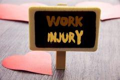 Handschriftstext, der Arbeits-Verletzung zeigt Geschäftsfoto, das schlechten Körper-Unfall als Notschutz an geschrieben auf Tafel Stockfotografie