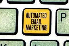 Handschriftstext, der automatisiertes E-Mail-Marketing schreibt Konzeptbedeutung E-Mail sendete automatisch, um vom Zeigen der Ta stockfoto